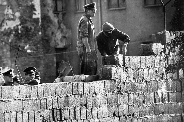 تخریب دیوار برلین توسط انبوه سازان آلمانی!